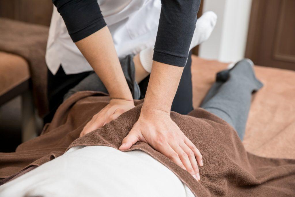 介護の仕事で腰痛になる2大原因